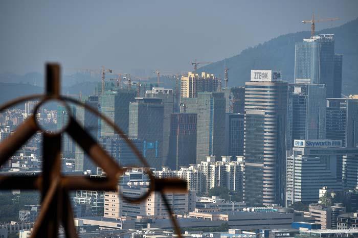 """一个超大城市的困扰和突围——""""高位过坎""""看深圳"""