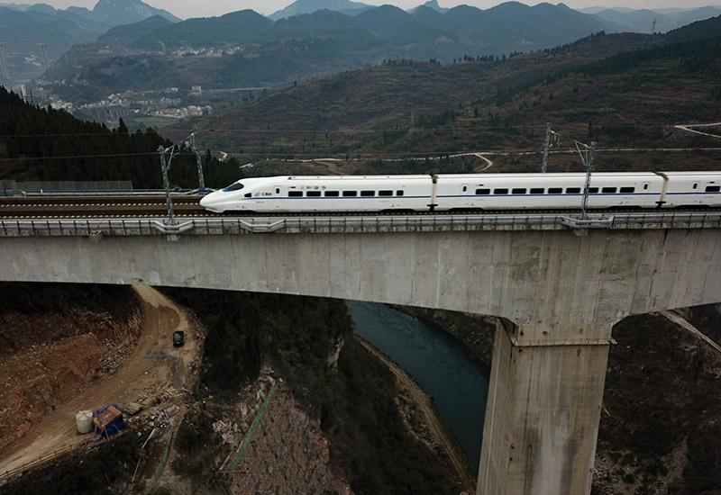 崇山峻岭间的机遇之路——写在渝贵铁路即将开通之际