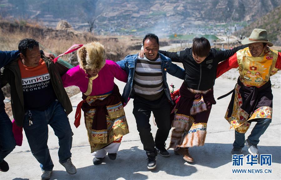 """在云南香格里拉市五境乡,""""精准扶贫感恩连""""队员在跳锅庄(3月13日摄)."""