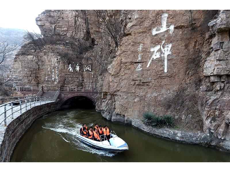 3月23日,游客乘船游览红旗渠景区青年洞景点.
